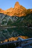Reflexion eines Berges am Sonnenaufgang Stockbilder