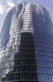Reflexion eines Gebäudes in den Glasfenstern eines Wolkenkratzers und der Wolken lizenzfreies stockbild