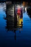 Reflexion eines Gebäudes in einem See bei Sonnenuntergang, Ada, Belgrad Lizenzfreies Stockfoto