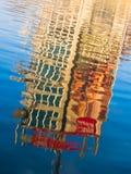 Reflexion eines Gebäudes in einem See bei Sonnenuntergang, Ada, Belgrad Stockfotografie