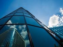Reflexion eines Geschäftsgebäudes in einem anderen in Frankfurt, Deutschland Lizenzfreie Stockfotos