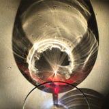 Reflexion eines Glases Rotweins Stockfotos