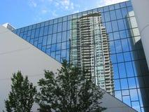 Reflexion eines Highrise im Bürohaus Lizenzfreies Stockbild