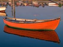 Reflexion eines kleinen Schlauchbootruderbootbootes Stockfotografie