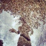 Reflexion eines Mädchens im Teich Lizenzfreies Stockfoto
