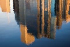 reflexion för byggnadschicago morgon Fotografering för Bildbyråer