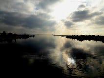 Reflexion för dröm för flodnatursoluppgång arkivfoto