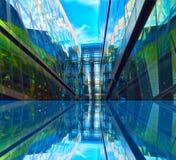 Reflexion för Glass fönster royaltyfri foto