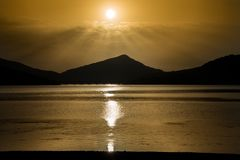 Reflexion för Gran Sasso bergsjö, Apennine berg, Abruzzo, Italien royaltyfria foton