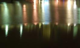 Reflexion för hamnnattljus Arkivfoton