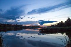 Reflexion för himmel för flod för solnedgångsommarsjö Royaltyfri Foto