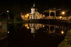 Reflexion för Leiden västra port- och bronatt Royaltyfri Fotografi