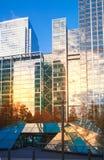 Reflexion för London Canary Wharf modern byggnadssolnedgång Arkivbilder