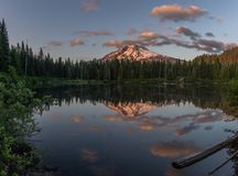 Reflexion för Mt-huv- och molnsjö Arkivfoton