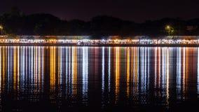 Reflexion för neonljus på Arkivbilder