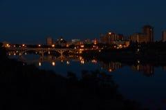Reflexion för Saskatoon stadsnatt i floden Royaltyfri Fotografi