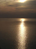 Reflexion för solnedgång och för solljus för skepppasserandehav arkivbilder