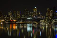 Reflexion för stadsbyggnads- och stadionljus på vatten Royaltyfri Bild