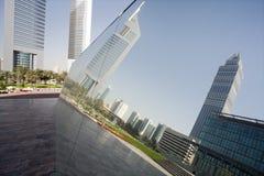 Reflexion för UAE Dubai i ett spegelförsett stycke av konstverk på skärm på Dubai International den finansiella mitten Royaltyfri Foto