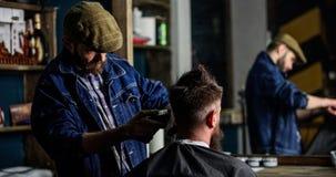 Reflexion fryzjer męski z cążki arymażu włosy klient Modnisia klient dostaje ostrzyżenie Modnisia stylu życia pojęcie Zdjęcie Royalty Free
