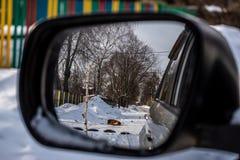 Reflexion i backspegeln av en bil, vinterlandskap royaltyfri fotografi