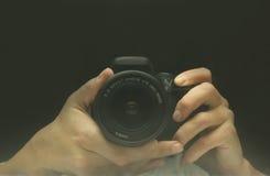 Reflexion i bildskärmbärbar datorkameran och fotografens H Royaltyfria Bilder