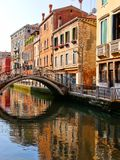 Reflexion i en Venedig kanal Arkivfoto
