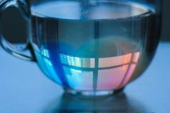 Reflexion i exponeringsglascirkeln av motsatta hus abstrakt foto i rosa och blåa signaler royaltyfri bild