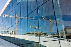 Reflexion i fönstren av en konstruktionsplats Arkivfoto