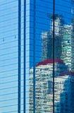 Stads- stadshorisontreflexion i modern glass byggnad Arkivbilder
