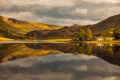 Reflexion i Skotska högländerna Arkivfoton