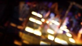 Reflexion i spegeldansgolvet i en diskoklubba med unga kvinnor som dansar med defocused bakgrund arkivfilmer
