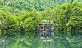 Reflexion i spegeln av den blåa sjön Arkivfoto