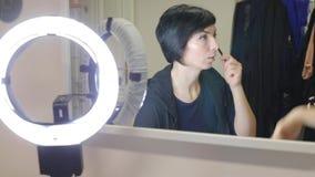 Reflexion i spegeln av flickan som talar stock video