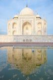 Reflexion i vattnet av Taj Mahal Arkivfoton