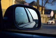 Reflexion im Auto-Spiegel stockfotos