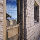 Reflexion im Glas einer Holztür stockfotos