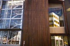 Reflexion im Glas und im Adel des Holzes Stockbilder