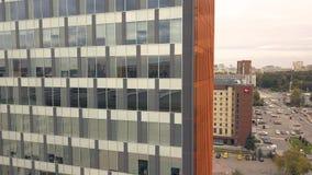 Reflexion im Glasfenster-Geschäftsgebäude Stadtgebäude und Stadtstraßenauto lizenzfreies stockbild