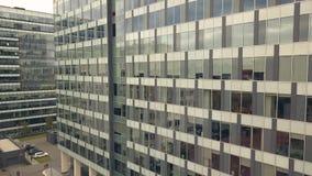 Reflexion im Glasfenster-Geschäftsgebäude Stadtgebäude und Stadtstraßenauto stockfoto