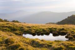 Reflexion im Herbstberg Lizenzfreie Stockbilder
