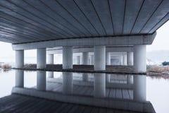 Reflexion im kalten Wasser unter der Straßenbrücke A5 Lizenzfreies Stockfoto