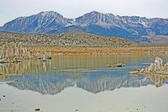 Reflexion im Monosee, Kalifornien lizenzfreies stockbild