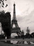 Reflexion im Regen am Eiffelturm Stockfoto
