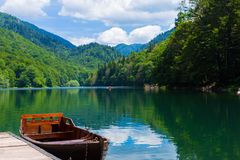 Reflexion im Wasser von Bergseen und von Boot Schwarzer See in Nationalpark Durmitor in Zabljak Montenegro, Europa Karpaten, Ukra Stockfoto