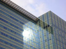 Reflexion im Wolkenkratzer Lizenzfreies Stockfoto