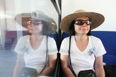 Reflexion: lächelnde Frau mit Strohhut Stockfoto