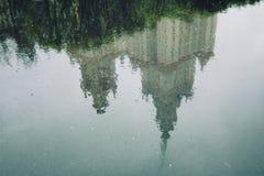 Reflexion Moscow delstatsuniversitet våt asfalt Royaltyfri Foto
