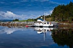 Reflexion Norwegens - Fjord Lizenzfreie Stockfotos
