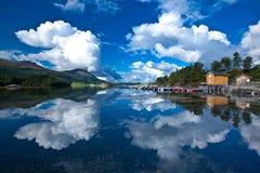 Reflexion Norwegens - Fjord Stockfotografie